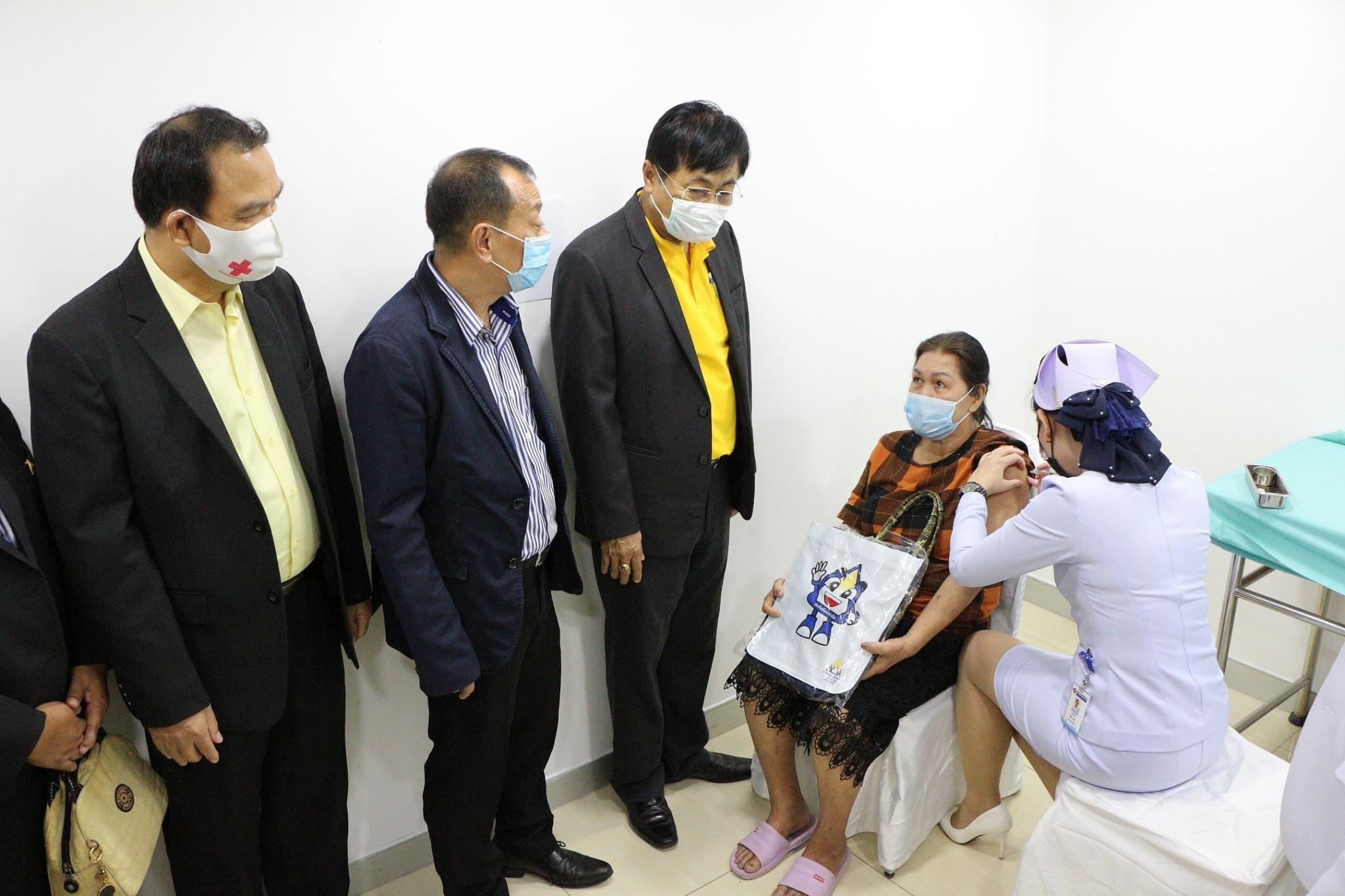 แรงงานจังหวัดระยอง ร่วมพิธี Kick off การให้บริการฉีดวัคซีนไข้หวัดใหญ่แก่ผู้ประกันตน ที่มีอายุ 50 ปี ของสำนักงานประกันสังคมจังหวัดระยองและสาขาปลวกแดง